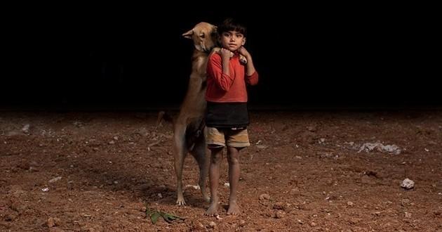 Chien et enfant orphelin Bangladesh