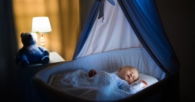 bébé dans un berceau