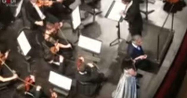 Andrea Bocelli se produit sur scène lorsqu'il reçoit la visite incongrue de son chien
