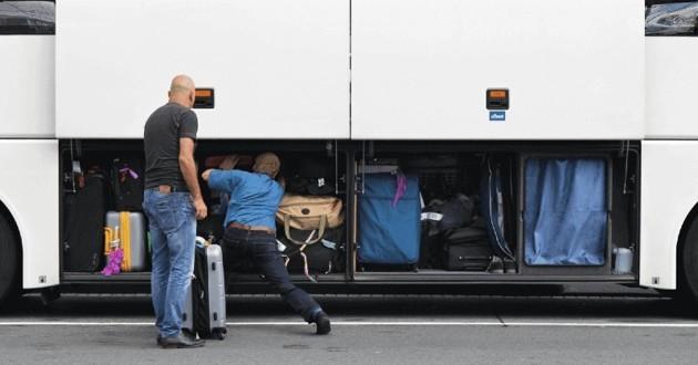 Un bus dont le compartiment à bagages est ouvert