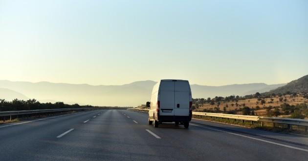 camionnette sur la route