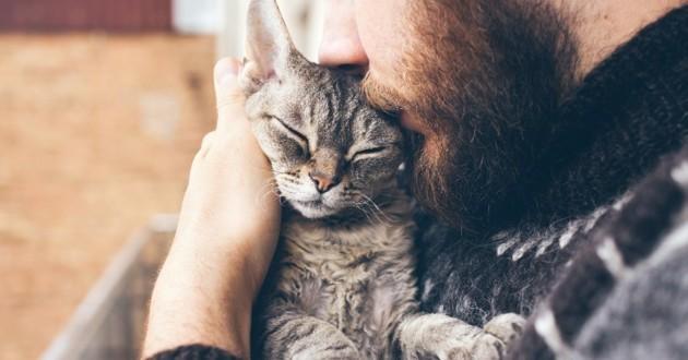 Homme en train de caliner un chat
