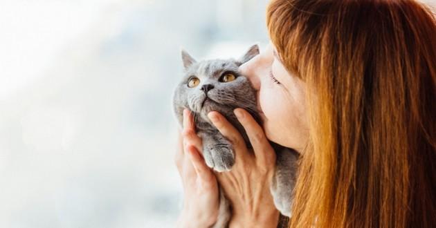 une femme qui fait un bisou à un beau chat