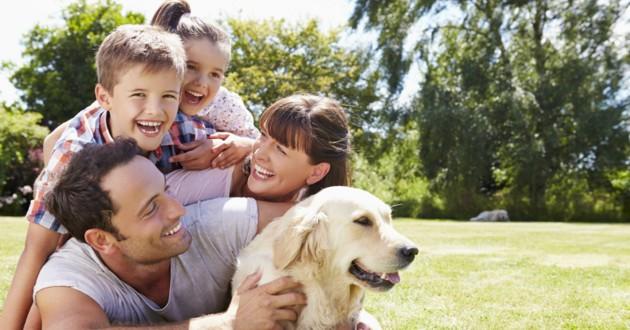 famille avec un chien