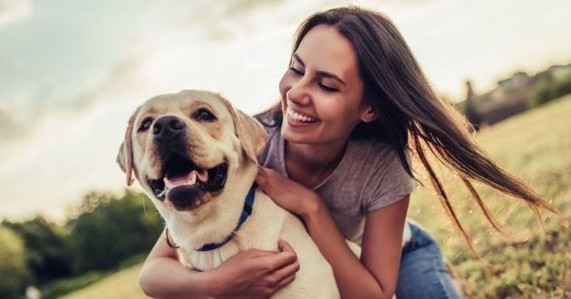 chien et sa propriétaire