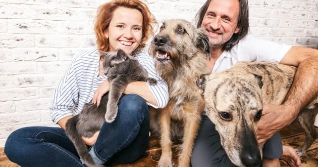 un couple avec leurs chiens