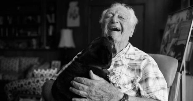 chienne noire vieille homme