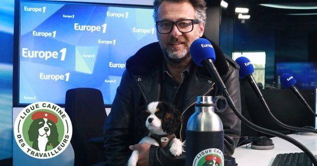 David Abiker et son chien dans les studios d'Europe 1