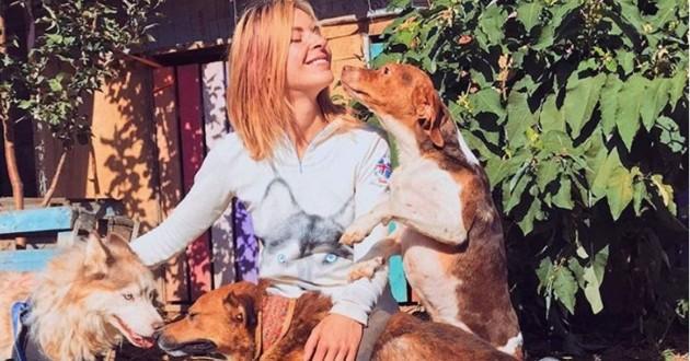 Une jeune femme et les chiens qu'elle a secourus