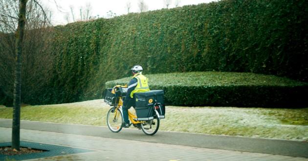 facteur à vélo dans la rue