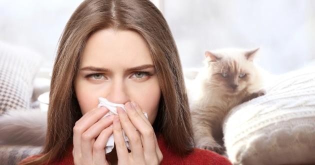 femme en rouge allergique à son chat