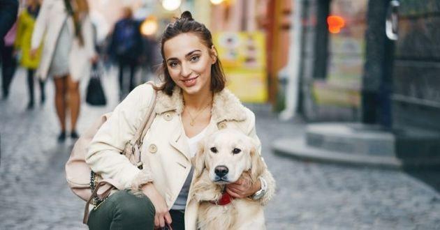 chien avec sa propriétaire en ville