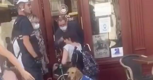 Femme handicapée devant un café