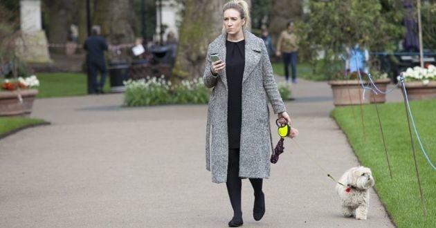 femme qui promène chien à Londres