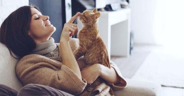 femme qui joue avec un chaton