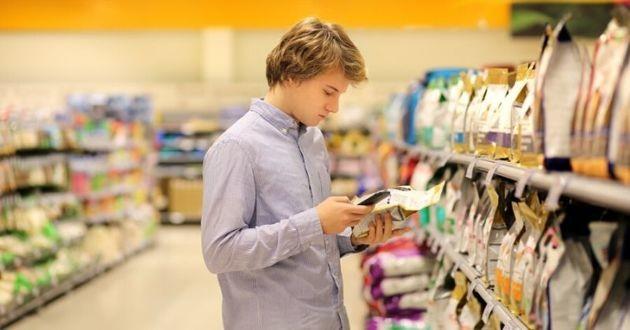 homme avec smartphone dans un supermarché