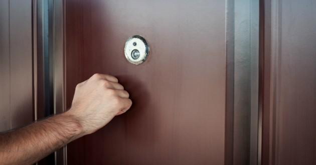 homme qui frappe à la porte