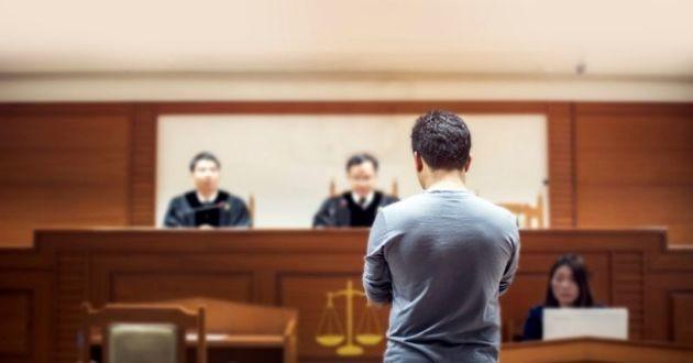 homme debout face au juge