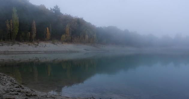 lac dans la brume
