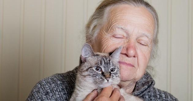 personne âgée chat