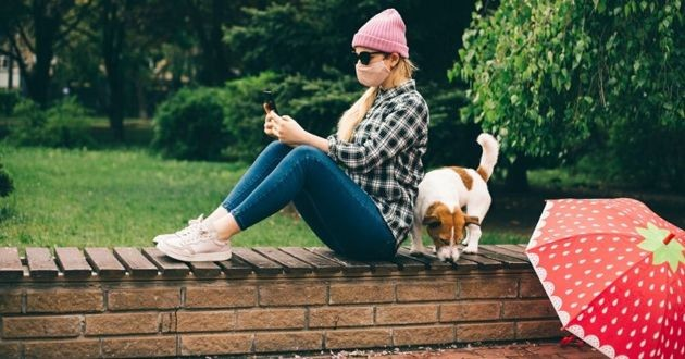 fille avec masque et chien