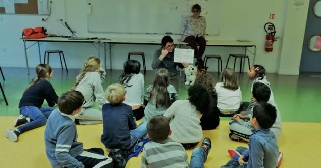 enfants d'une école primaire qui travaillent