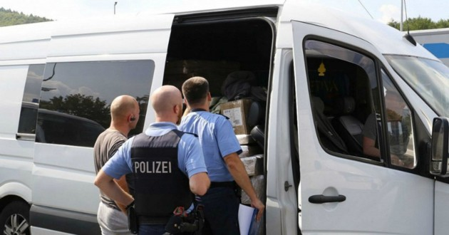 policiers devant camion