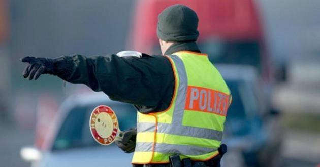policier qui fait la circulation