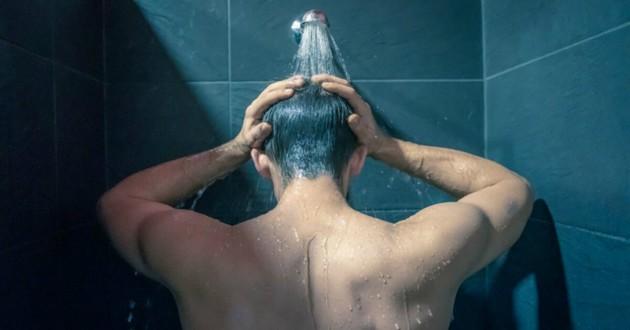 policier sous la douche