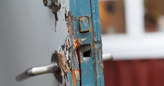 porte de maison fracturée