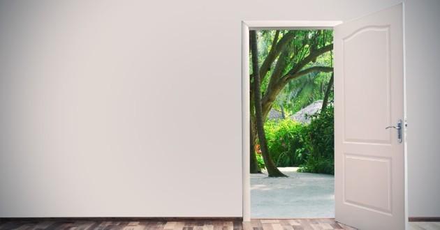 porte ouverte vers le jardin