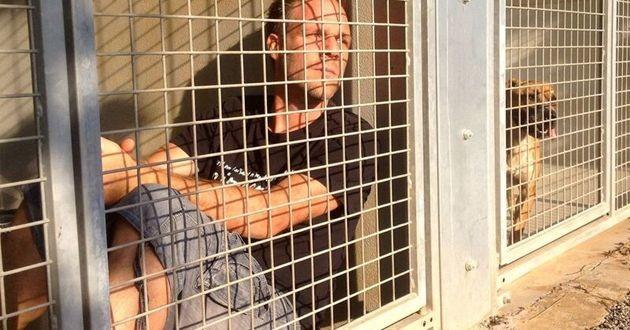 Rémi Gaillard dans une cage pour chien