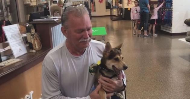 un pompier qui a adopté un chien qu'il a sauvé