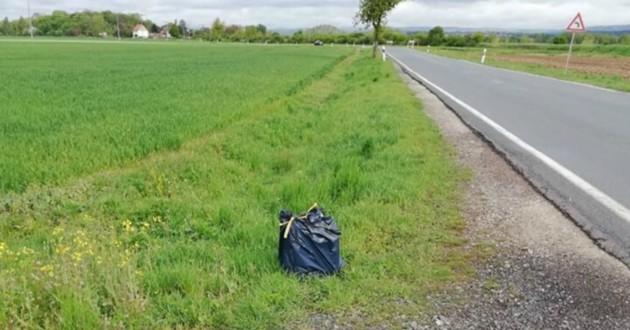 sac poubelle dans l'herbe