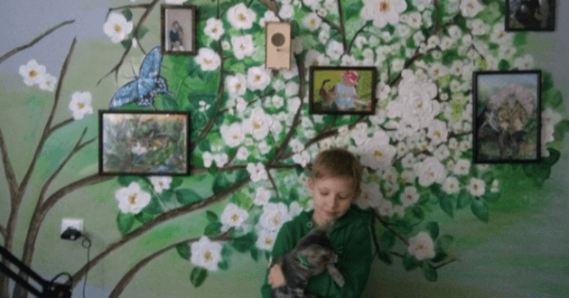 Pavel posant devant ses tableaux