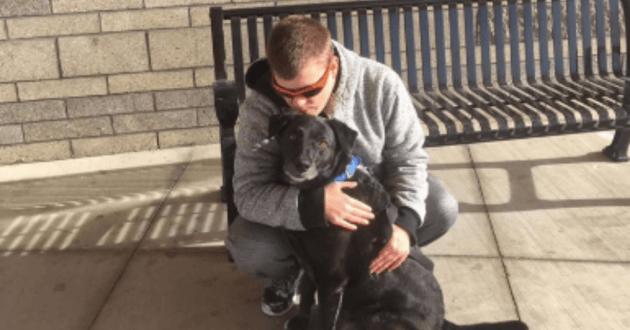 Stephen William Dale Shkuratoff posant avec son chien