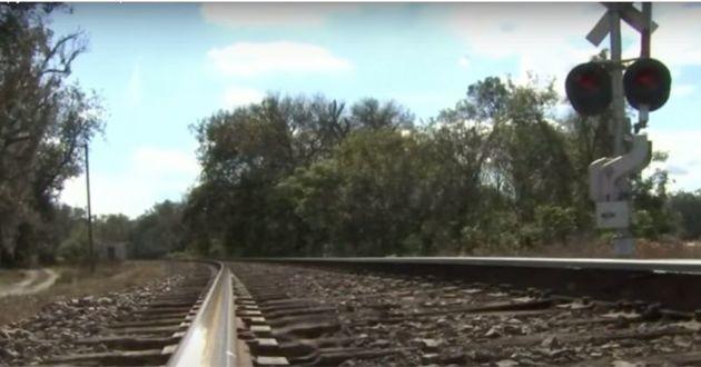 Le chiot était attaché au pieds des rails du train