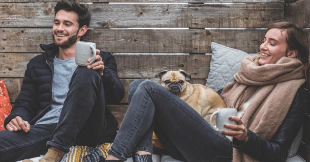 Couple heureux avec leur chien