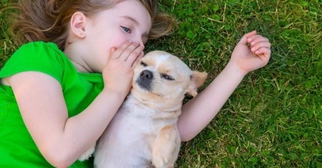 une maîtresse confie un secret à son chien