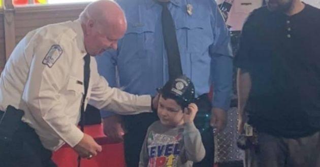 Noah lors de la remise de son titre de pompier du comté