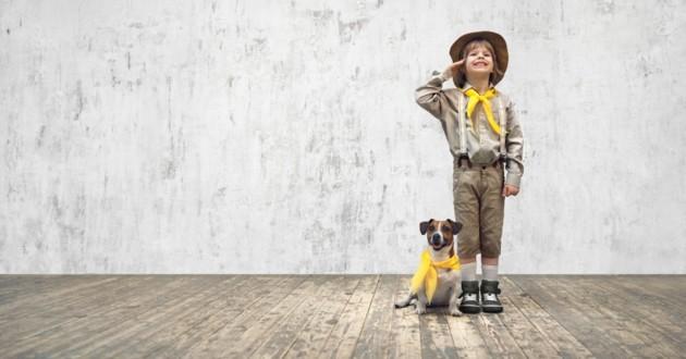 un scout et son chien