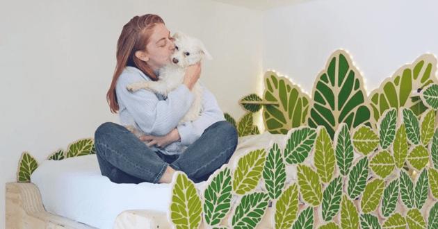 Simone Giertz qui embrasse son chien alors qu'elle est assise sur son lit