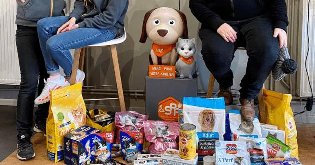 Paquets de croquettes et dons pour le refuge SPA