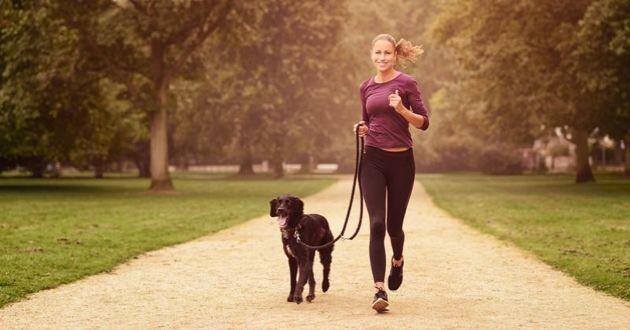 jeune femme qui court avec son chien
