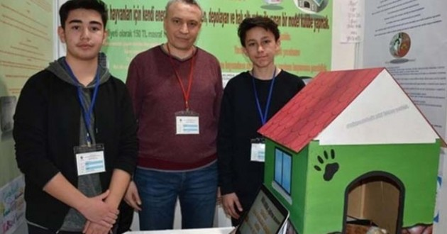 Les deux étudiants turcs et leur niche chauffée à l'énergie solaire