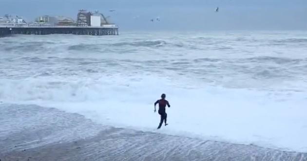 femme qui court dans les vagues