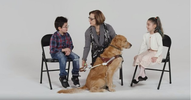 deux enfants une femme et un chien d'assistance