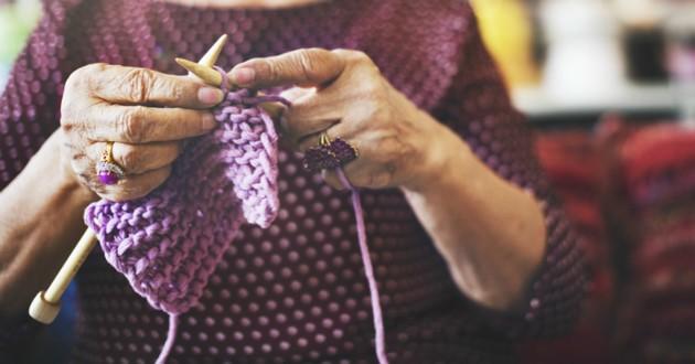 vieille femme tricote