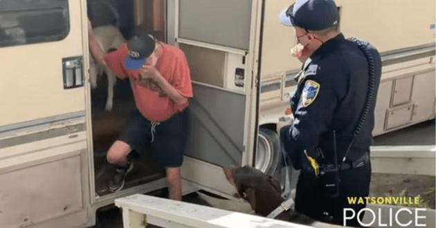 Vieux monsieur chien police