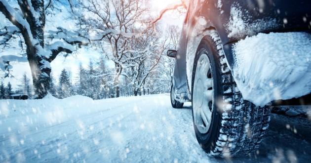 voiture coincée dans la neige